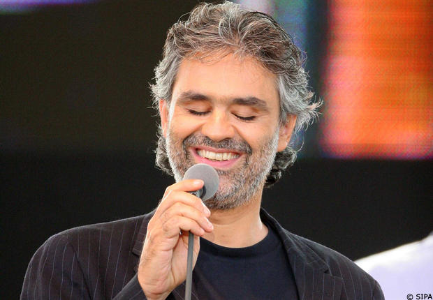New York. Andrea Bocelli canta gratis a Times Square e raccoglie 500 dollari per i senzatetto. Guarda il video